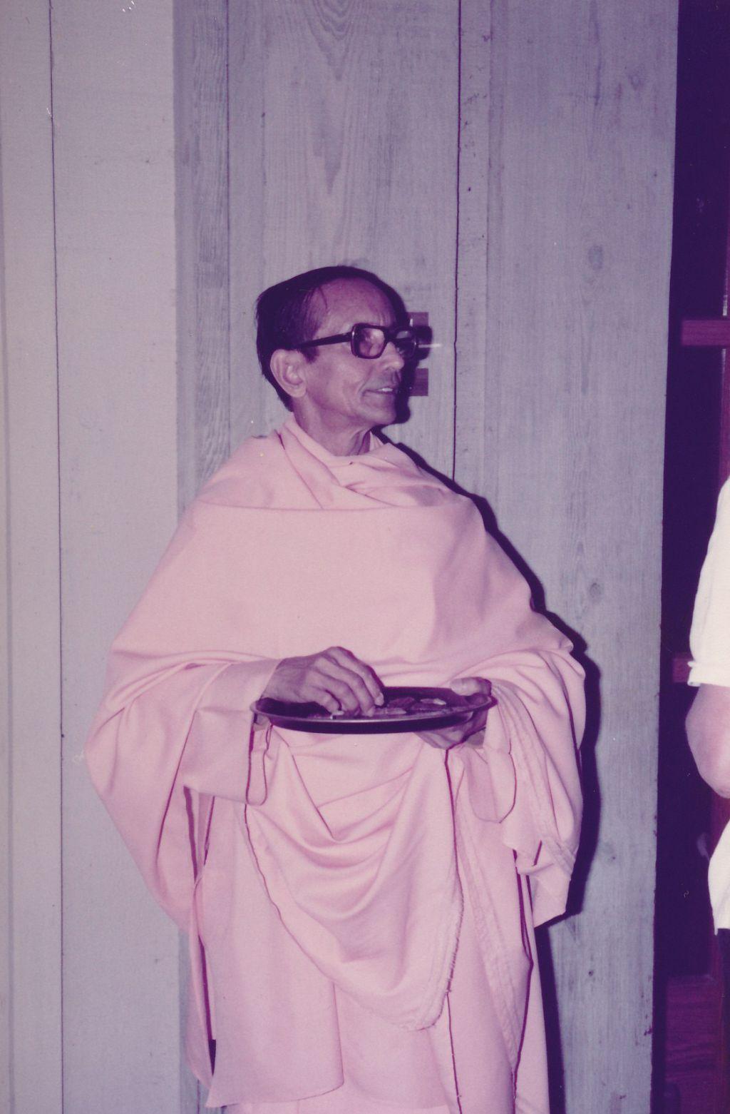 Swami Pramathananda distributing prasad