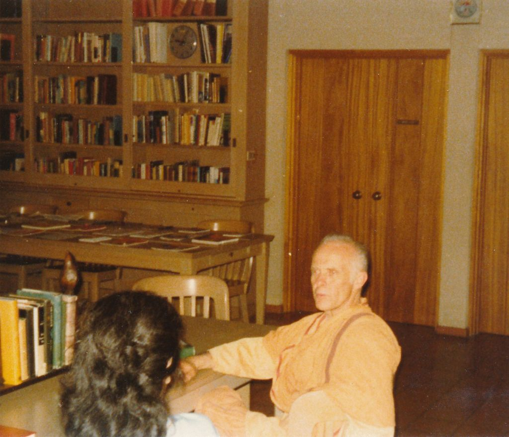 Swami Yogeshananda with a devotee in the library